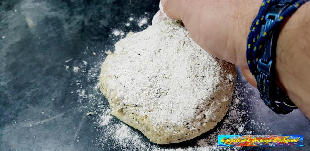Fariner la pâte puis la fraser jusqu\\\'à obtenir une pâte bien homogène