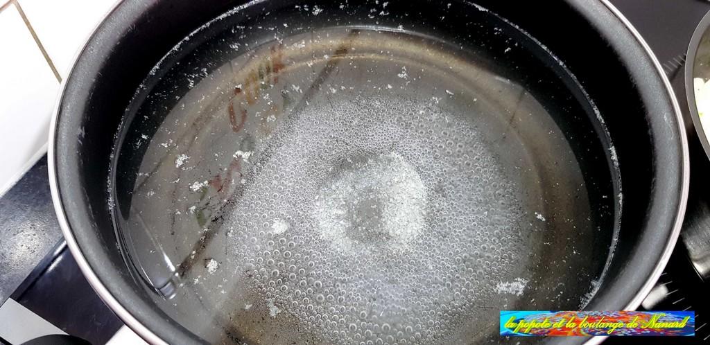 Mettre à bouillir un grand volume d\\\'eau salée