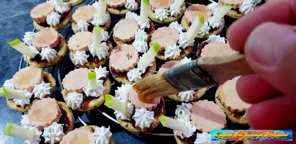 Passer au pinceau la gelée sur le foie gras