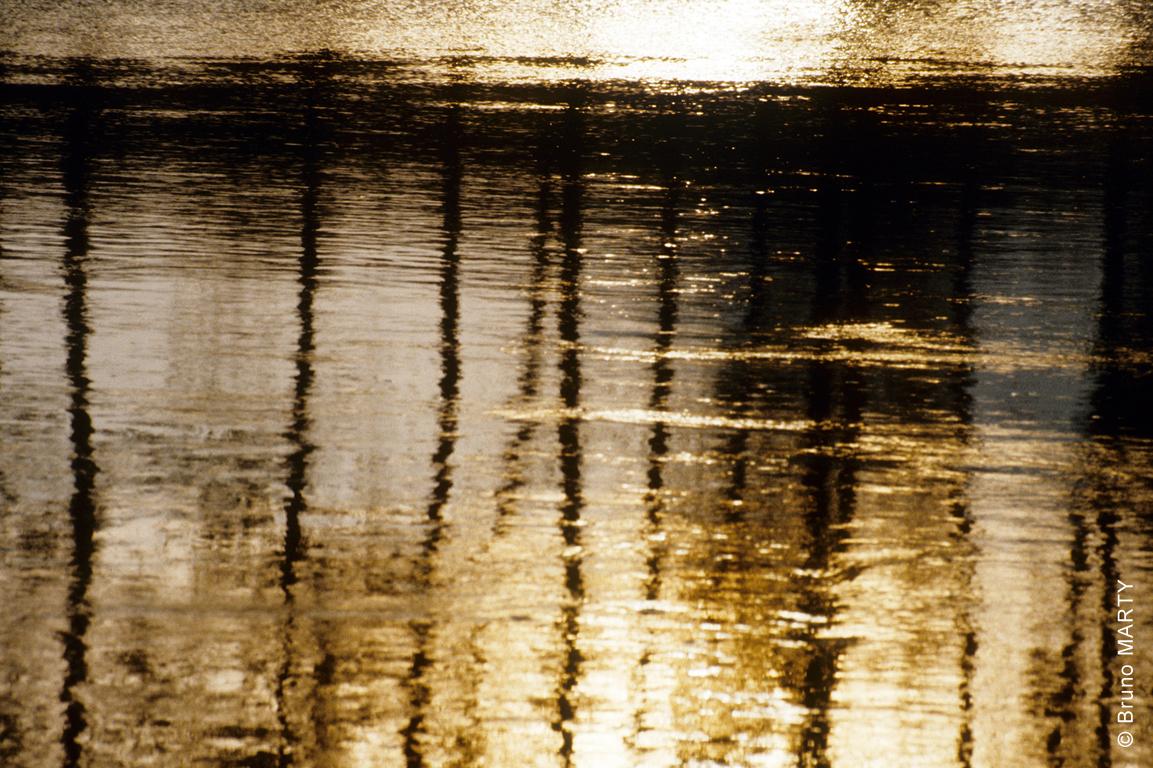 08 - La surface dorée de la Dordogne au soleil couchant